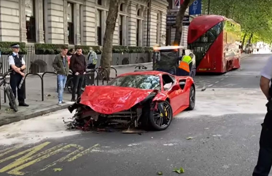 Acidente envolve Ferrari e autocarro (reprodução YouTube «Horsepower Hunters»)