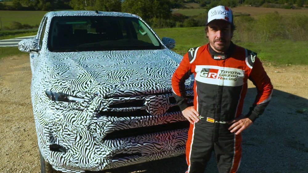 Fernando Alonso com a nova Hilux (Toyota)