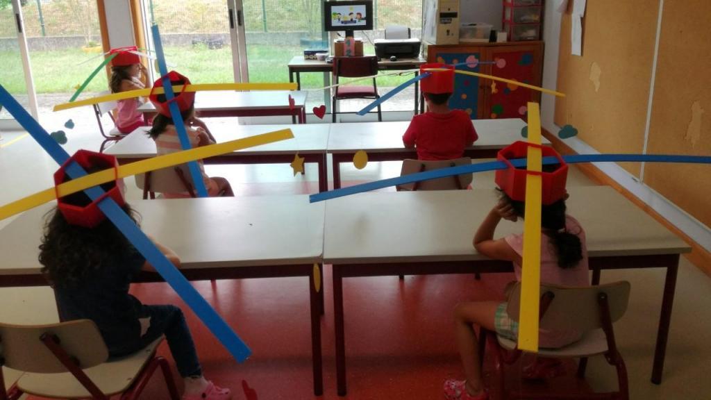 Crianças receberam chapéus de hélice para manterem o distanciamento na escola