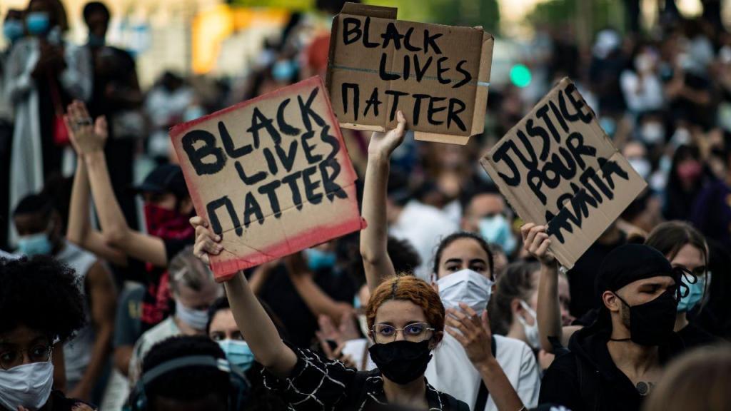 Protestos em Paris contra a violência policial nos EUA
