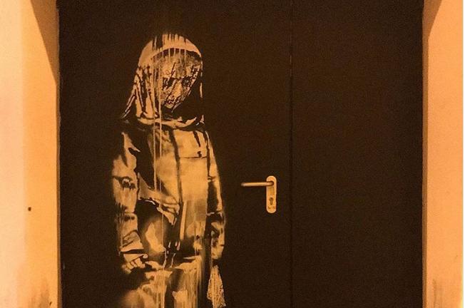 Obra de Banksy pintada numa porta do Bataclan foi recuperada depois de ter sido roubada em 2019