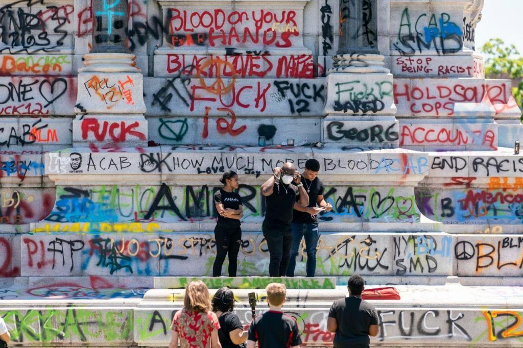 Manifestantes vandalizam estátuas de Colombo e dos líderes da Confederação nos EUA