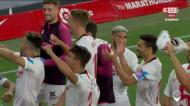 Jogadores do Sevilha foram festejar com os... fotógrafos