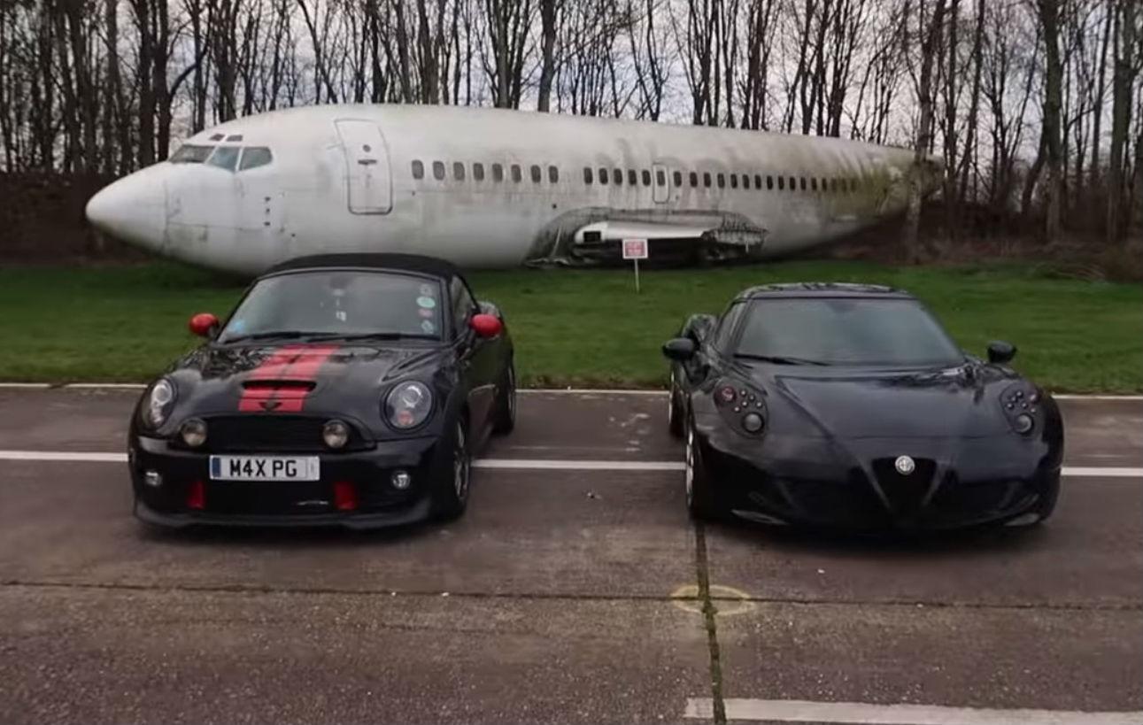 Mini JCW Roadster vs. Alfa Romeo 4C (reprodução YouTube Stef ABtv)