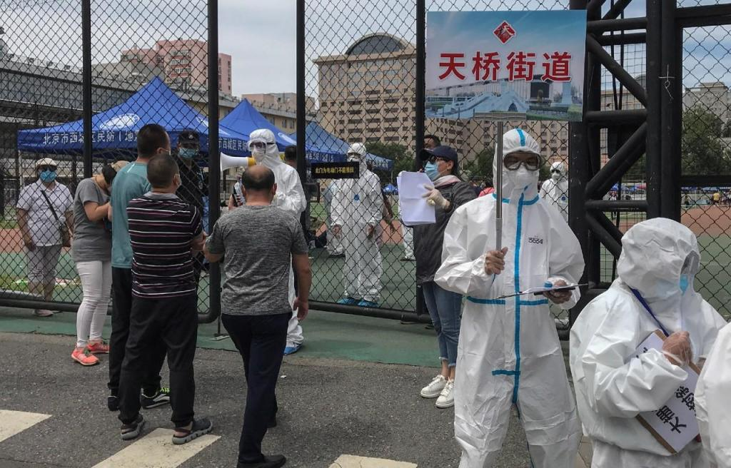 Autoridades de Pequim realizam testes à Covid-19 em massa após surto