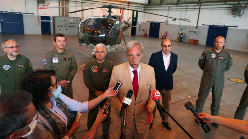 Ministro da Defesa Nacional realiza voo que assinala final de serviço dos helicópteros Alouette III