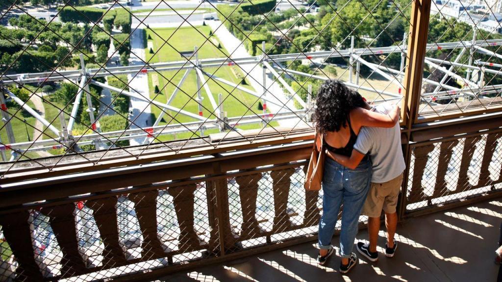 Torre Eiffel já começou a receber turistas