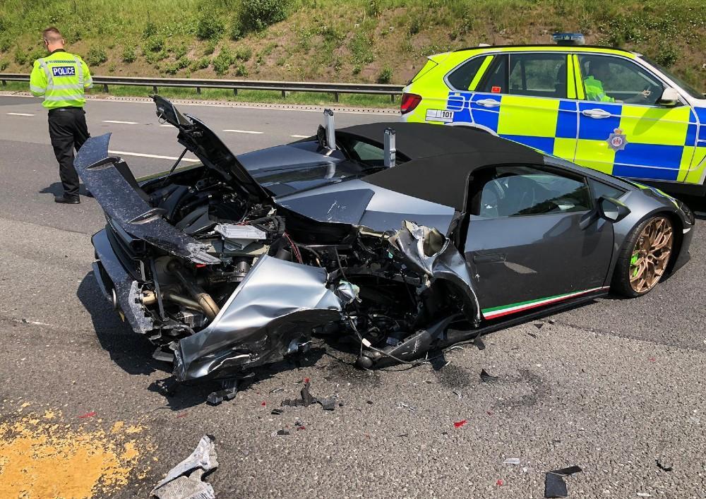 Acidente com Lamborghini (Reprodução Twitter polícia de West Yorkshire)