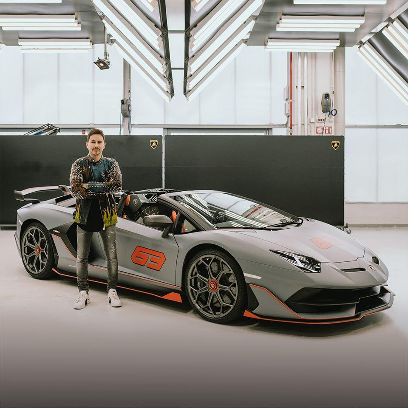 Jorge Lorenzo com o Lamborghini Aventador SVJ 63 Roadster (reprodução Facebook Lamborghini)