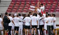 Mario Gomez saudado pela equipa do Estugarda após a subida à Bundesliga (EPA)
