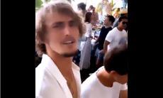 Zverev disse que ia ficar em isolamento, mas foi filmado em festa