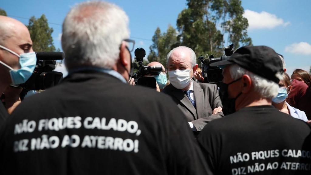 Rui Rio visita aterro do Sobrado, em Valongo, contestado pela população