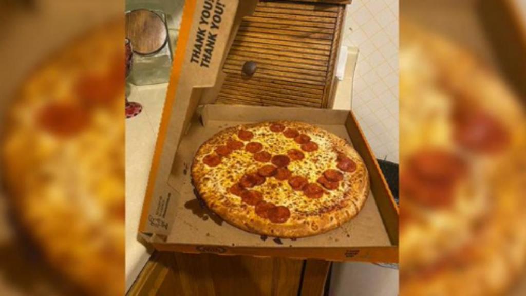 Cruz suástica feita em pizza nos EUA