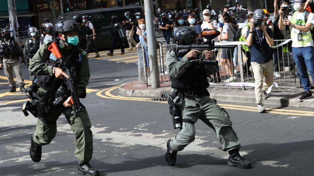 Aprovação da nova lei de segurança leva milhares a protestar nas ruas de Hong Kong