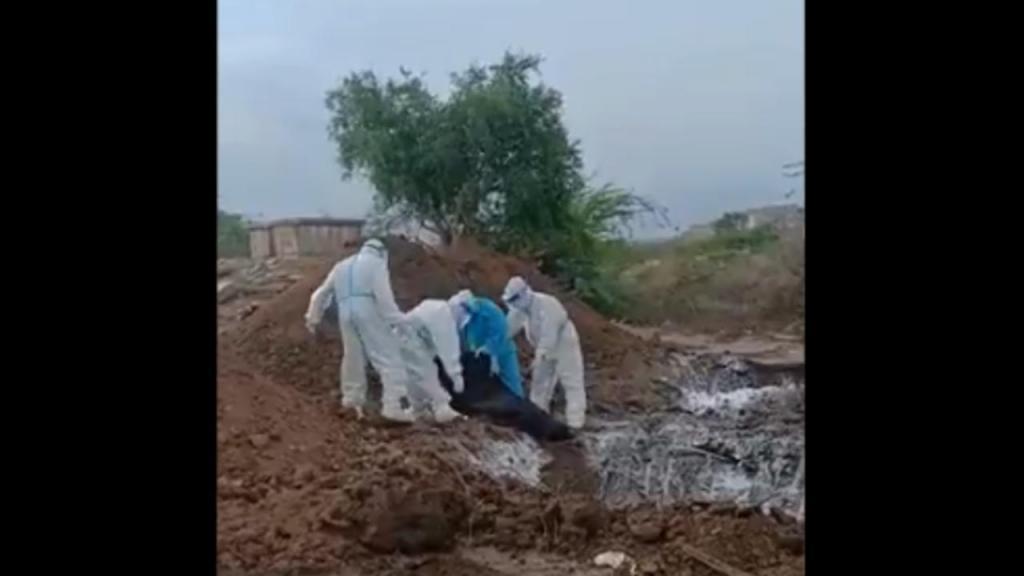 Corpos de vítimas de Covid-19 deitados em valas na Índia