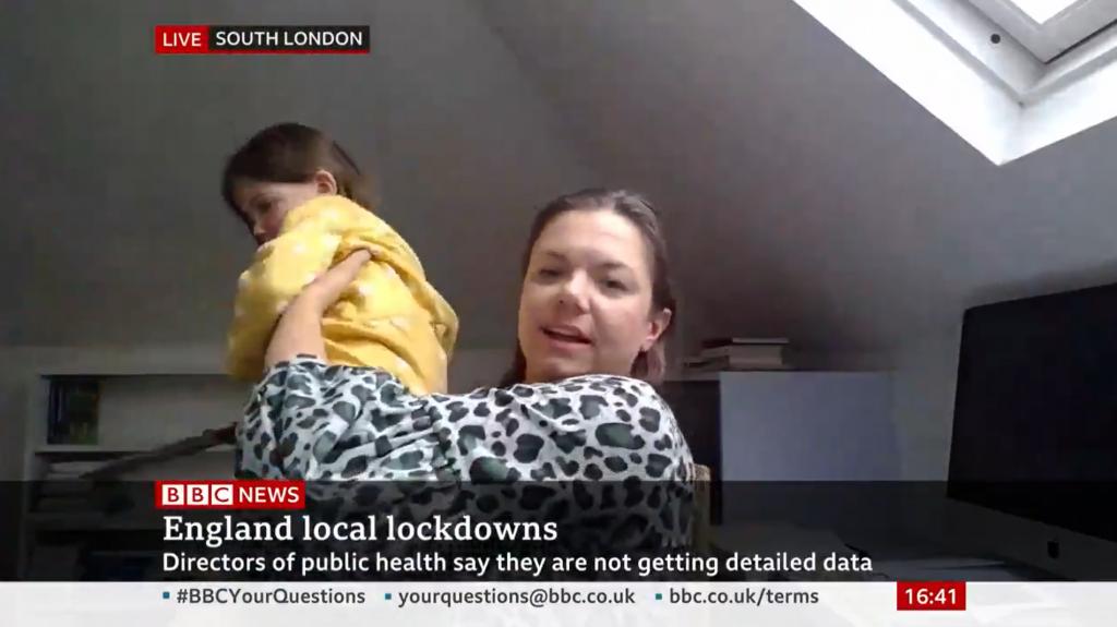 Filha interrompe mãe durante entrevista em direto