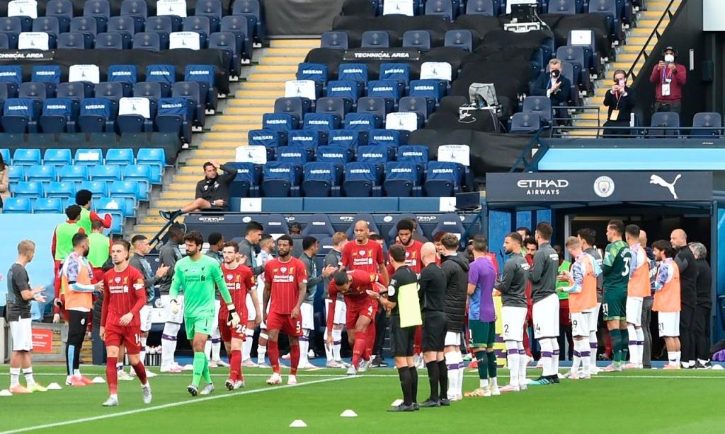 Manchester City faz guarda de honra ao Liverpool (EPA/Laurence Griffiths/NMC)