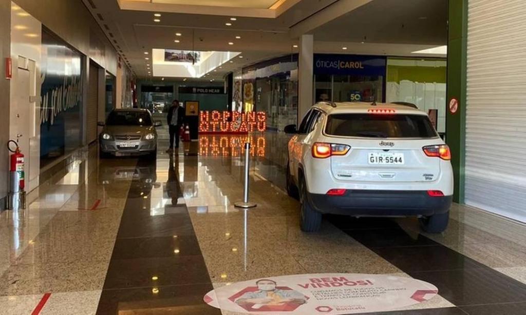 Centro Comercial em São Paulo deixa carros entrar para ir às compras