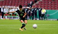 Cláudia Neto faz a dobradinha pelo Wolfsburgo em 2019/2020. Marcou um dos penáltis do desempate na final da Taça (Lars Baron/Pool)
