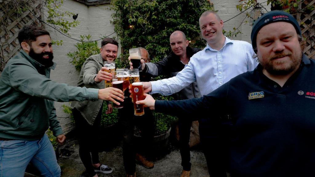 Pubs reabrem com enchentes em Londres