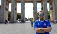 Bruno Vasconcelos em Berlim, com a camisola do Amora (arquivo pessoal)