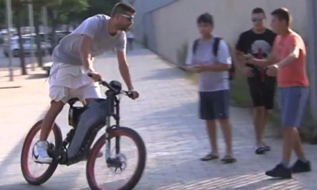 Piqué chegou ao estádio de bicicleta