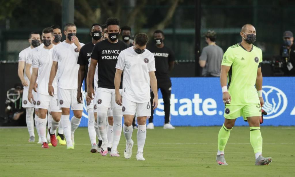 Cerimónia contra o racismo da MLS antes do Orlando City-Inter Miami (AP Photo/John Raoux)