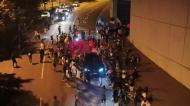 Carro de Pinto da Costa engolido por multidão eufórica à saída do Dragão