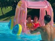 Cristiano Ronaldo e Georgina na piscina com os filhos