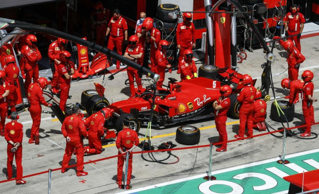 Sebastian Vettel na box da Ferrari (Associated Press)