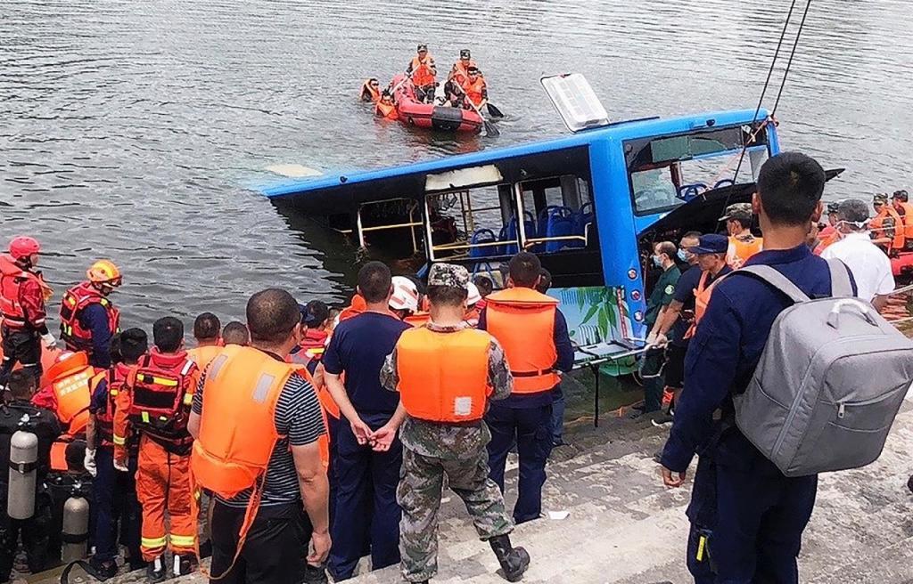 Autocarro cai ao rio na China