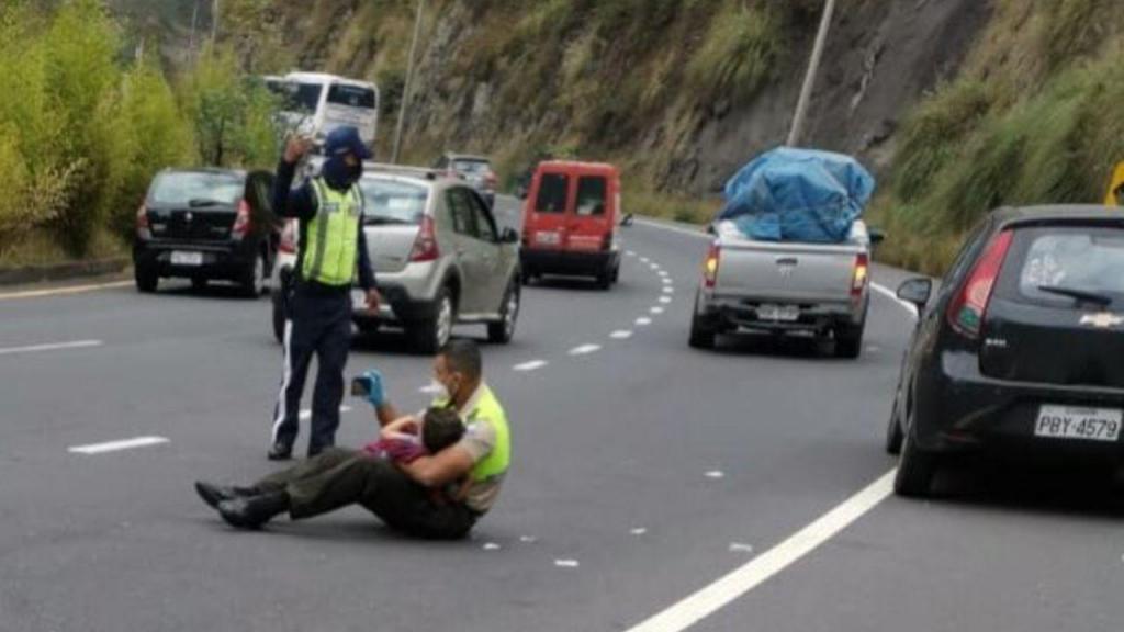 Polícia acalma criança após acidente