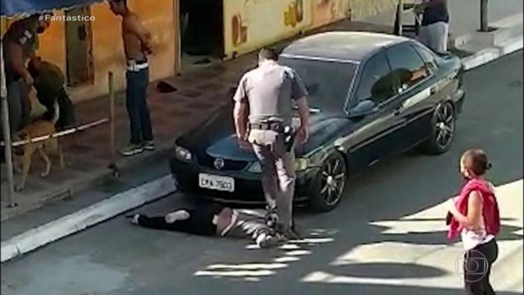 Mulher agredida por polícia em São Paulo