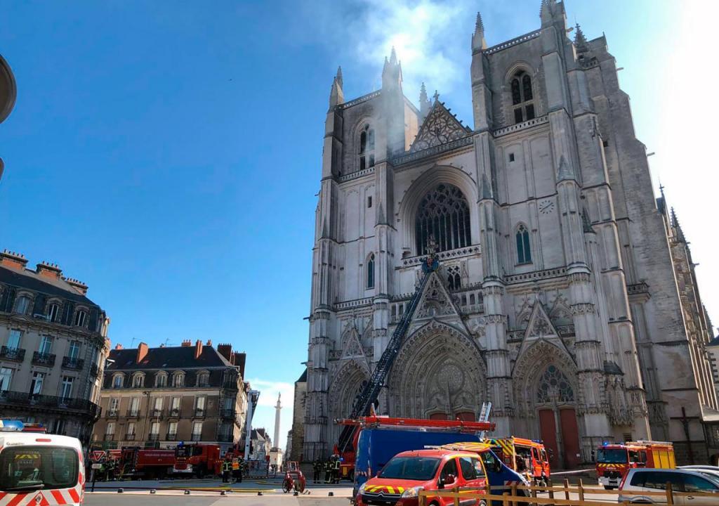 Incêndio na Catedral de Nantes já está circunscrito. Autoridades ...