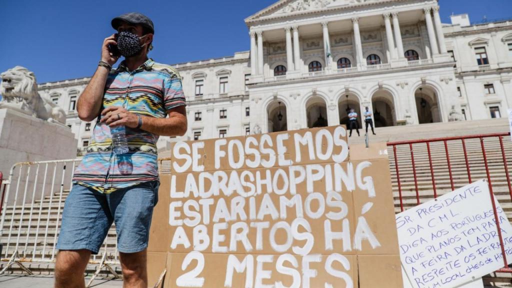 Feirantes da Feira da Ladra protestaram junto ao parlamento