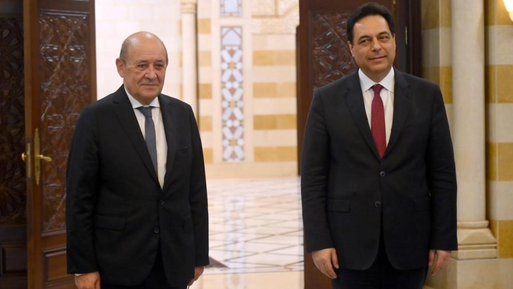 Hassan Diab, primeiro-ministro do Líbano, com Jean-Yves Le Drian, ministro francês dos Negócios Estrangeiros