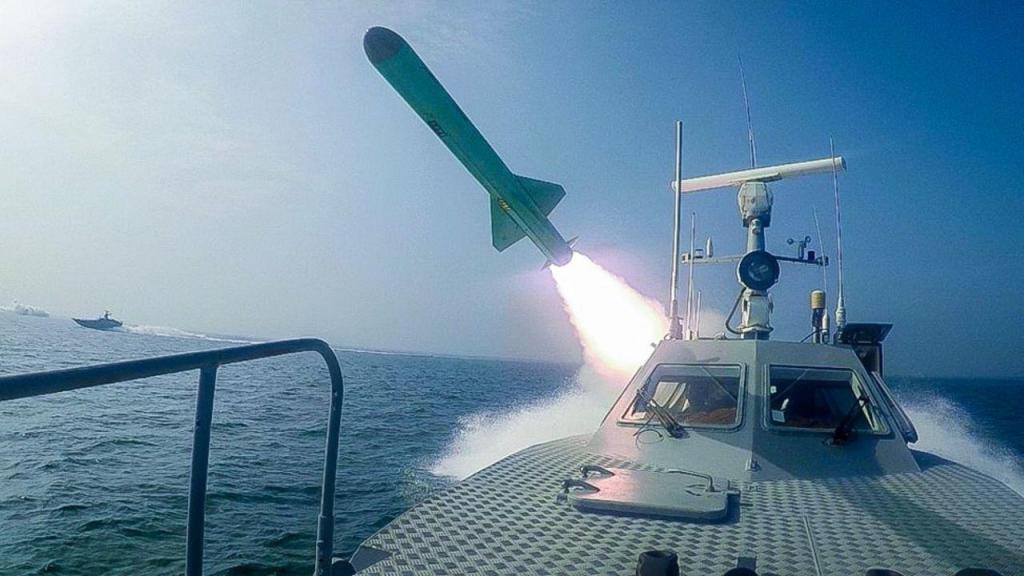 Irão dispara míssil contra