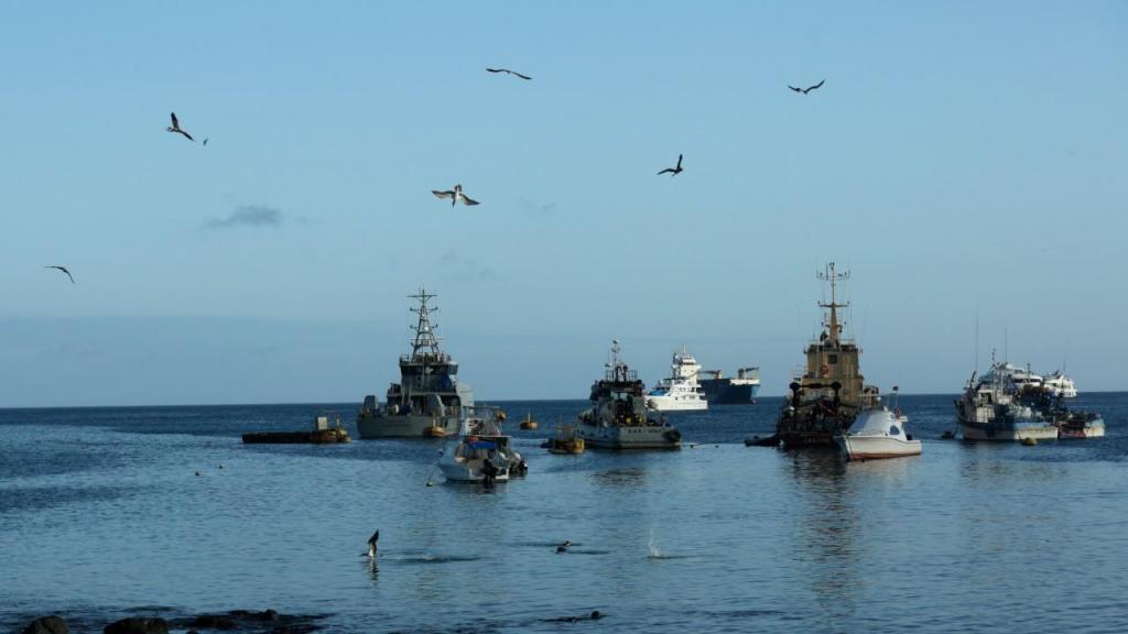 Navios de pesca ao largo das Galápagos