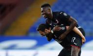 Rafael Leão e Çalhanoglu festejam golo na vitória do Milan ante a Sampdoria (AP)