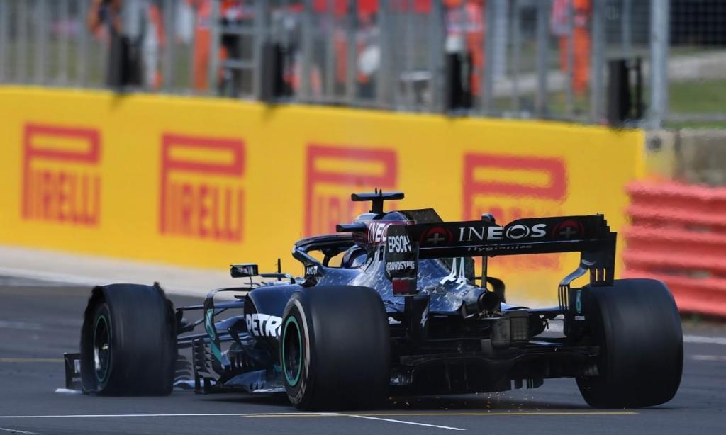 Lewis Hamilton vence GP de Silverstone com pneu furado (AP)