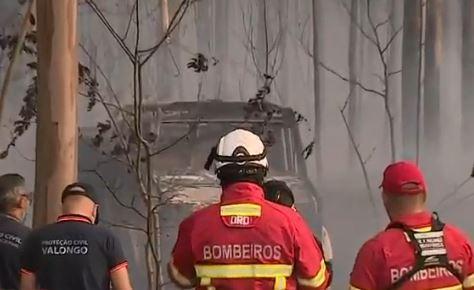 Carro dos bombeiros de Valongo consumido pelas chamas