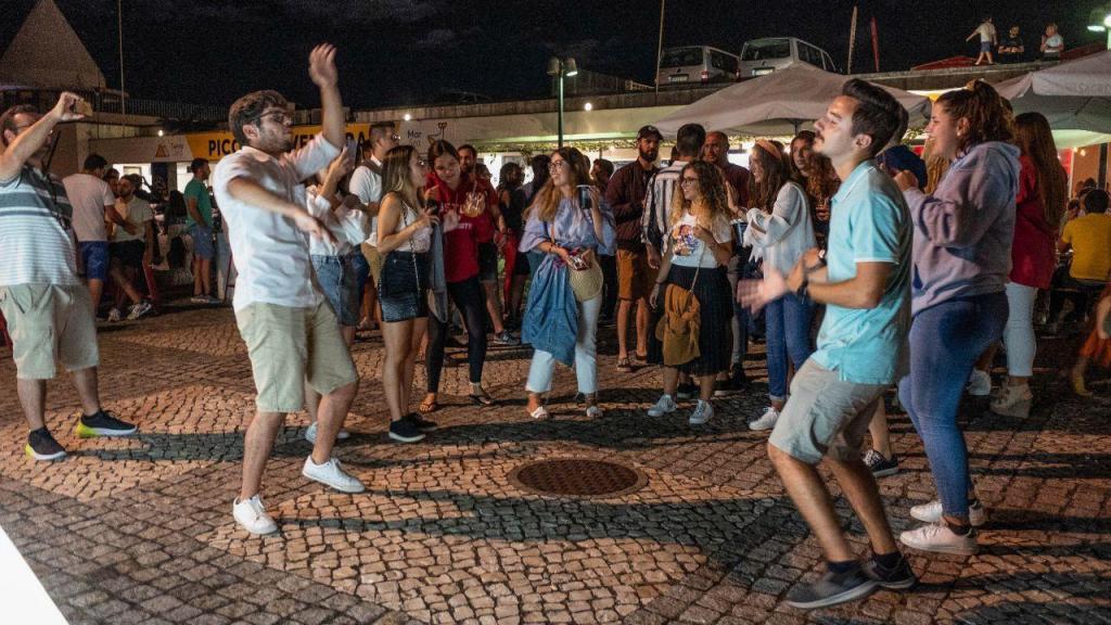 Covid-19: na noite de Ponta Delgada dança-se para contrariar a doença