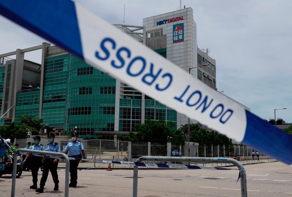 Polícia de Hong Kong faz buscas a jornal pró-democracia de empresário detido