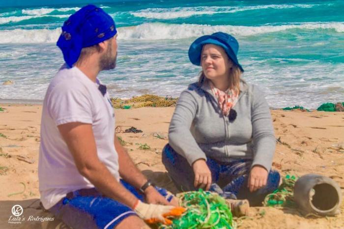 Catarina Canelas, na ilha de Santa Luzia, com o presidente da Biosfera Tommy Melo (Cabo Verde)