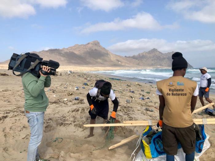 João Franco em reportagem na Praia dos Achados, em Santa Luzia, Cabo Verde