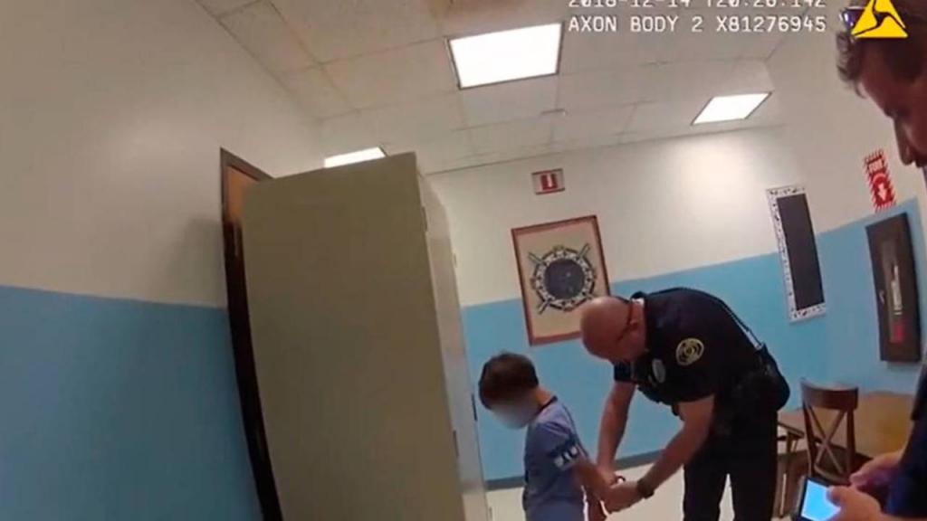 Polícia algema criança de oito anos