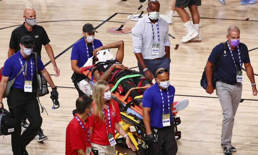 Derrick Jones Jr. retirado de maca após o choque com Goga Bitadze (foto Kim Klement/Pool Photo via AP)
