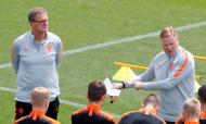 Dwight Lodeweges substitui Ronald Koeman de forma interna na seleção da Holanda (AP)