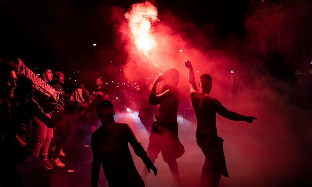 Adeptos do PSG festejam presença inédita na final da Liga dos Campeões (EPA/IAN LANGSDON)