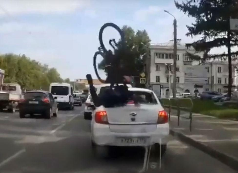 Acidente com ciclista e automóvel (reprodução YouTube)